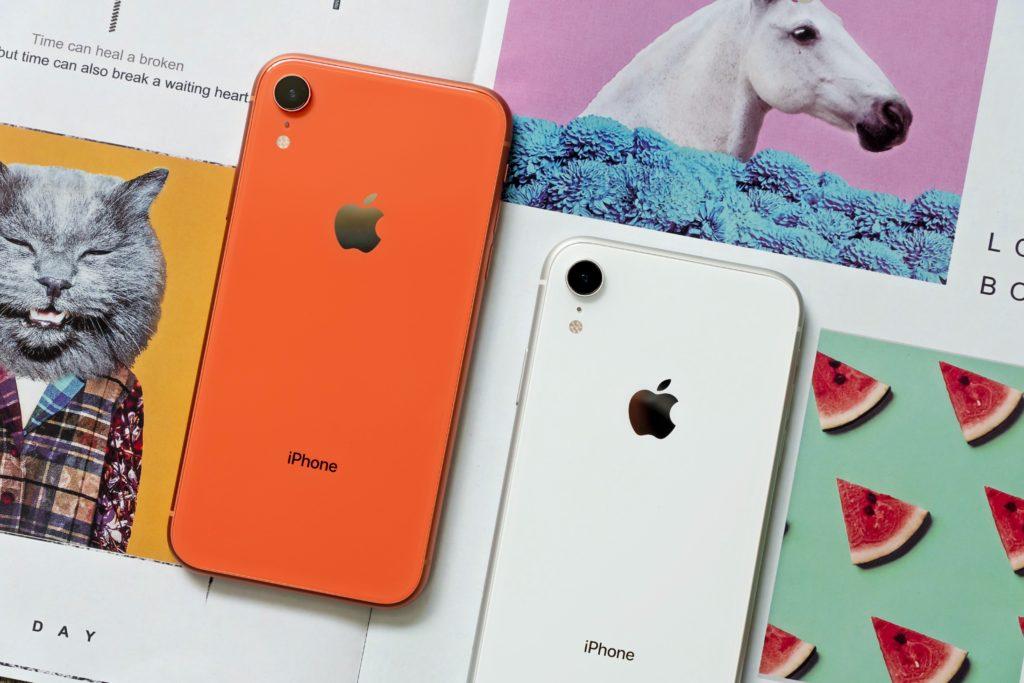 2色のiPhoneXR