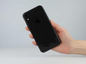 iPhoneXRを持っている画像