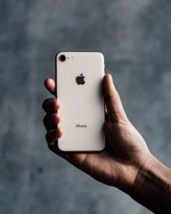 手で握られいるiPhone8