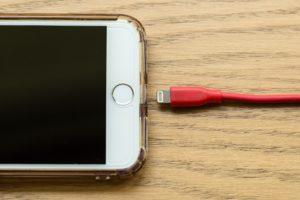 lightningケーブルを接続しようとしているiPhone
