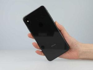 iPhone XS Maxを握っている手