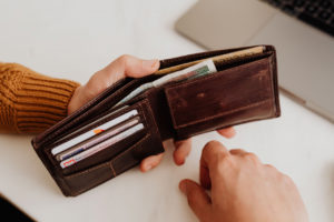 財布を持っている写真