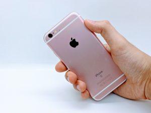 iPhone6sを手に持っている背面画像
