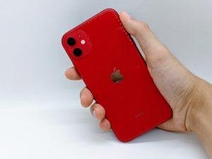 iPhone11を持っている背面写真