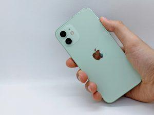 iPhone12を持っている背面写真