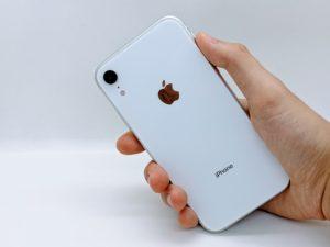 iPhoneXRを持っている背面写真