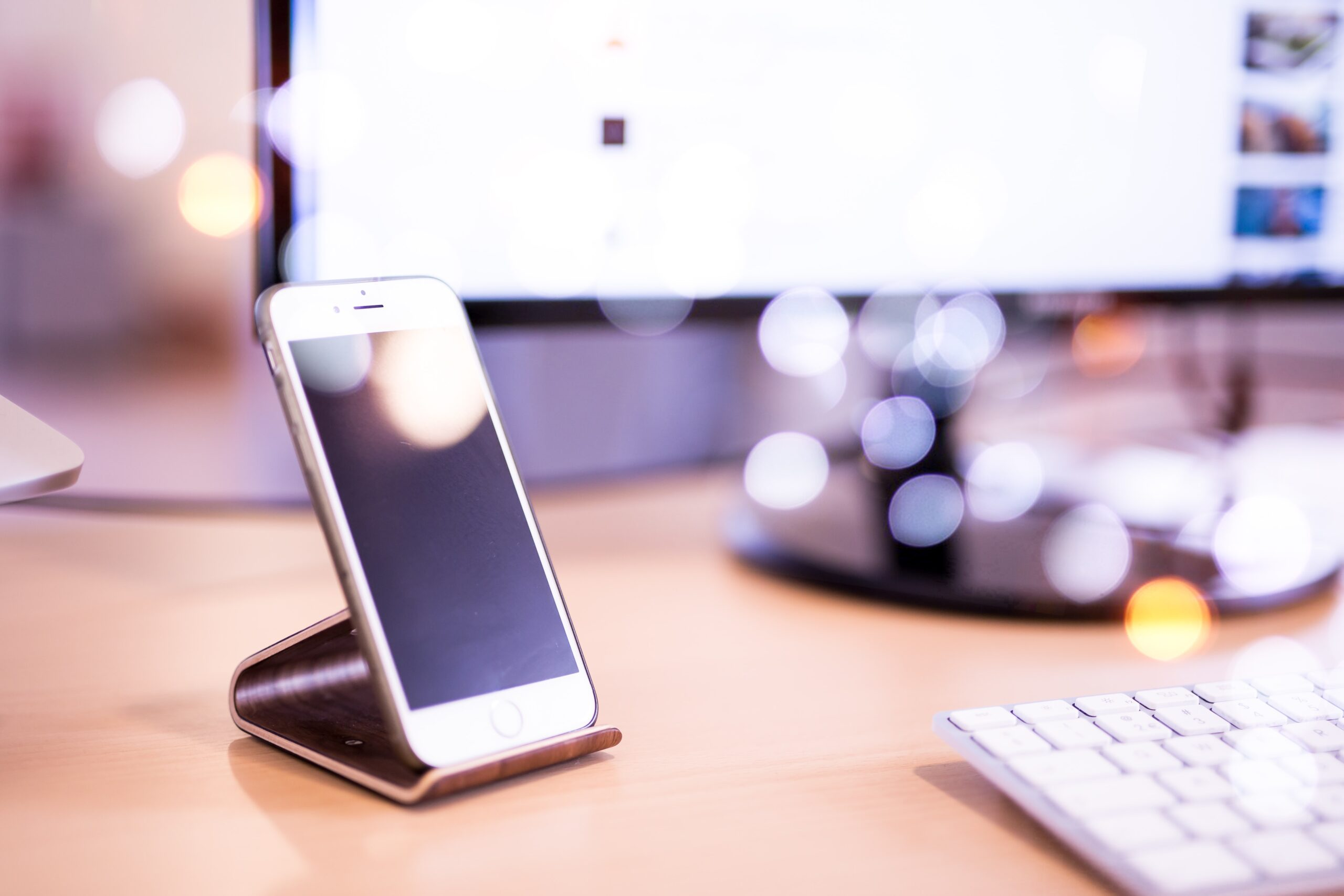 ディスプレイが光っているiPhone